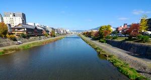 沿美丽的Kamo河的秋天颜色在京都,日本的市中心 图库摄影