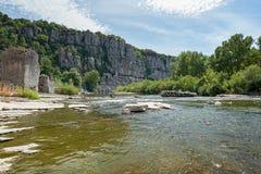 沿老村庄时髦的河Ardeche 库存图片