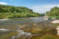 沿老村庄时髦的河Ardeche 免版税库存图片