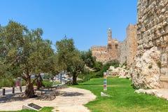 沿耶路撒冷古老墙壁的走道  免版税库存照片