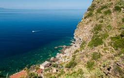 沿肋前缘中提琴的岩石海岸线在卡拉布里亚(南意大利) 免版税库存图片