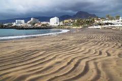 沿肋前缘阿德赫靠岸有在旅馆和山,特内里费岛,加那利群岛,西班牙的看法 图库摄影