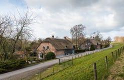 沿荷兰堤堰的盖的农厂房子 免版税库存照片