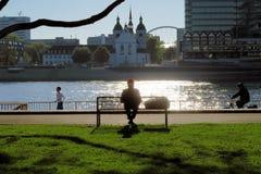 沿莱茵河的公园长椅在科隆,德国 库存图片