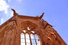 沿莱茵河葡萄园的教堂废墟 免版税库存图片