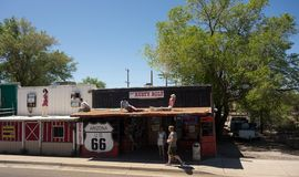 沿著名路线66的一个质朴的镇在美国 免版税库存图片