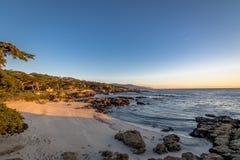 沿著名17英里驱动-蒙特里,加利福尼亚,美国的海滩视图 免版税库存照片