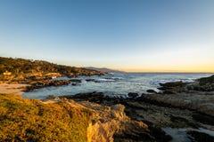 沿著名17英里驱动-蒙特里,加利福尼亚,美国的海滩视图 图库摄影