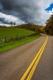 沿蓝岭山行车通道在摩西锥体公园, Nort的农田 库存图片