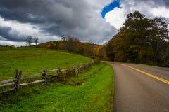 沿蓝岭山行车通道在摩西锥体公园, Nort的农田 图库摄影