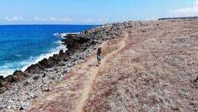 沿蓝色海,克利特的无忧无虑的妇女奔跑 影视素材