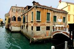 沿街道威尼斯 免版税库存照片