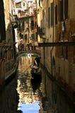 沿街道威尼斯 免版税图库摄影