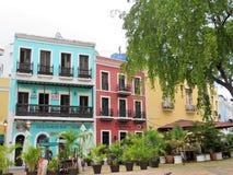 沿街道的商店在圣胡安,波多黎各- 2017年3月9日- Buisnesesses在老圣胡安 图库摄影