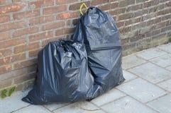 沿街道的垃圾袋 库存照片