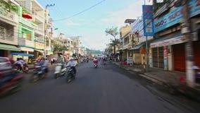 沿街道的滑行车驱动在相反方向在早晨 股票视频