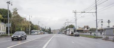 沿街道Volkhonka移动的汽车和公民 图库摄影