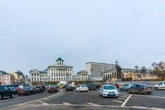 沿被更新的Borovitskaya广场的交通 免版税库存图片