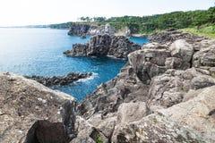 沿西归浦一个晴天,济州海岛,韩国海岸线的峭壁  免版税图库摄影