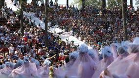 沿观众的行动站立给跳舞在白色服装的女孩 股票视频