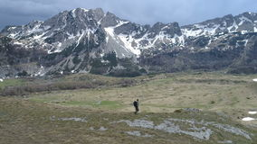 去沿象草的倾斜的远足者 影视素材