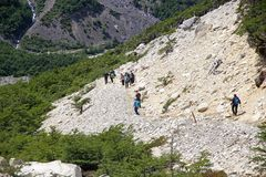 沿足迹的人们对潘恩,智利巴塔哥尼亚,智利塔托里斯del潘恩国家公园的 库存照片