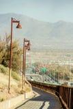 沿跨境的路与沙漠山在背景中 免版税图库摄影