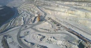 沿路挖掘机的卡车驱动在石棉坑站立 股票视频