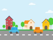 沿路的五颜六色的房子有汽车的 免版税库存照片
