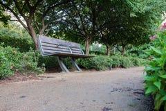 沿路的公园长椅 免版税库存图片