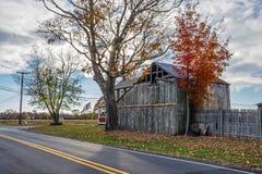 沿路的农村谷仓 库存照片