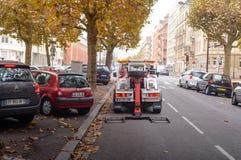 沿路的城市街道停放的汽车 库存照片