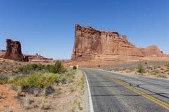 沿路的红色岩层通过拱门国家公园, 库存照片