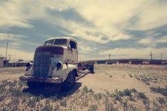 沿路线停放的老生锈的卡车66 库存照片