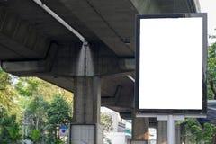 沿路被安装的广告牌在广告产品上花费 免版税库存图片