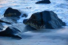 沿跳船的波浪在日出 免版税库存图片