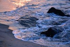 沿跳船的金黄波浪在日出 库存照片