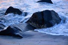 沿跳船的金黄波浪在日出 免版税库存图片