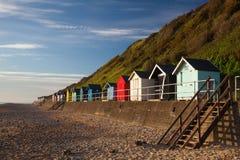 沿边Cromer海滩的海滩小屋 库存照片