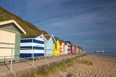 沿边Cromer海滩的海滩小屋 库存图片