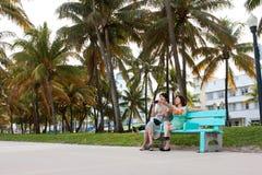 沿迈阿密海滩Recreationa的女性亚洲游人人手表 免版税库存图片