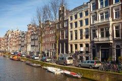 沿运河堤防的五颜六色的房子在阿姆斯特丹 免版税库存照片