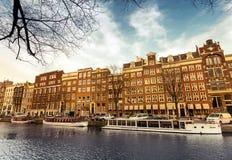 沿运河堤防的生存房子在阿姆斯特丹 免版税库存图片