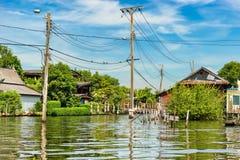 沿运河的住宅住宅在曼谷,泰国 免版税库存图片