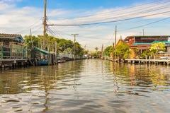 沿运河的住宅住宅在曼谷,泰国 库存照片