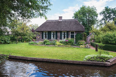 沿运河的老农厂房子在一个小荷兰镇羊角村 免版税图库摄影