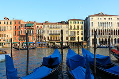 沿运河的长平底船 免版税库存照片