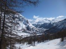 沿途有树的滑雪坡道 库存图片