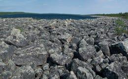 沿通配lanscape拉普兰河岩石的utsjoki 库存图片