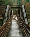 沿道路的一座老桥梁 库存图片